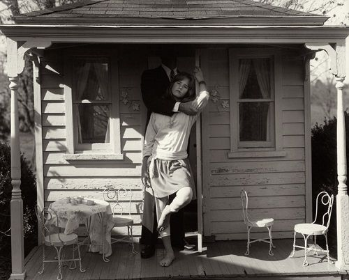 mujer puerta casa abrazada