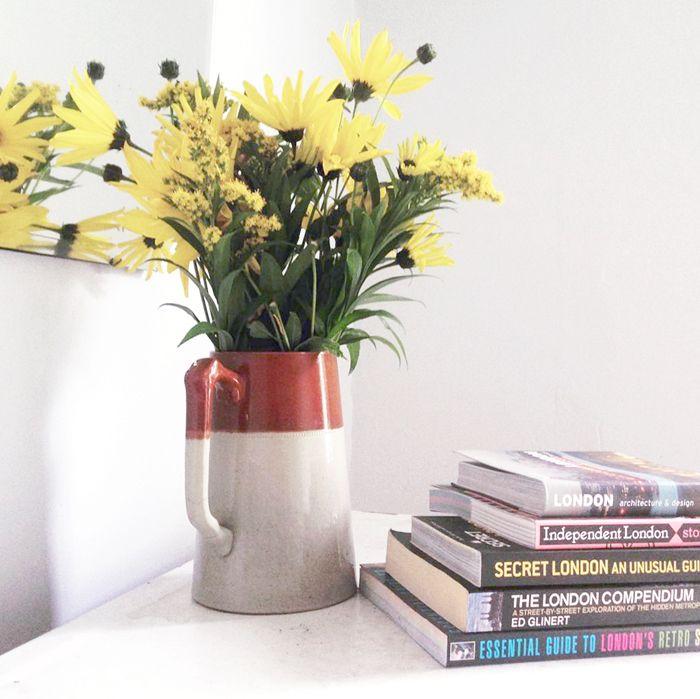 Jarrón flores amarillas y libros de Londres