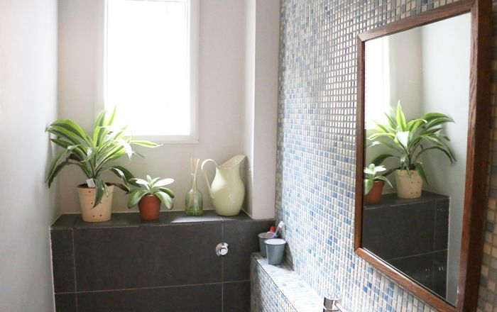 baño con gresite azul