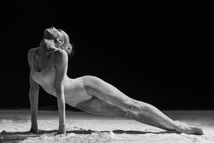 Bailarina suelo rodeada harina