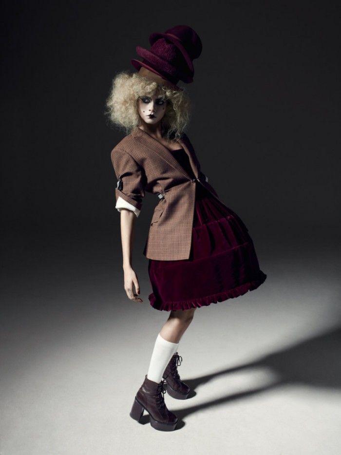 cara de levigne llevando mini crini crinolina victoriana diseñada por vivienne westwood tatler
