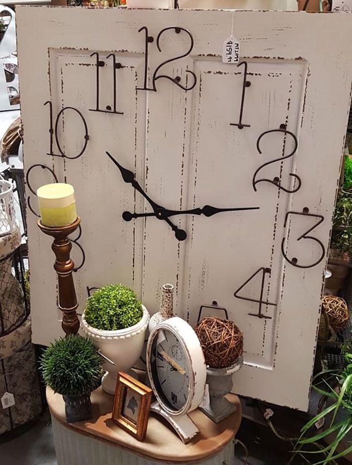 reloj hecho con puerta
