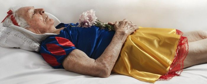 fotografia no es sobre la muerte anciana disfrazada blancanieves ataud entierro fotografa argentina romina ressia foto que parece un cuadro pictorica