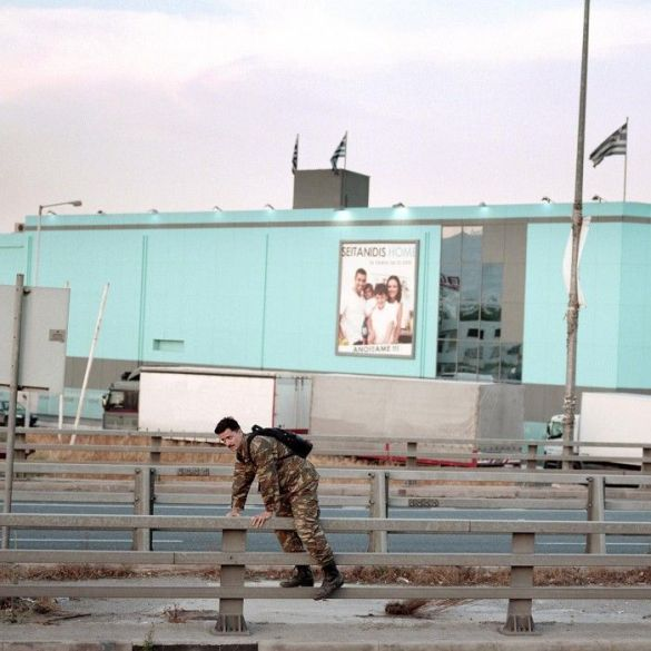 escena de la calle soldado volviendo a casa la crisis paralela 2010 2016 yannis karpouzis photoespana 2016