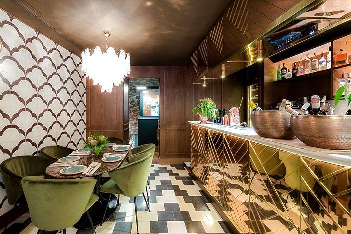 barra dorada con formas geometricas restaurante hindu madrid