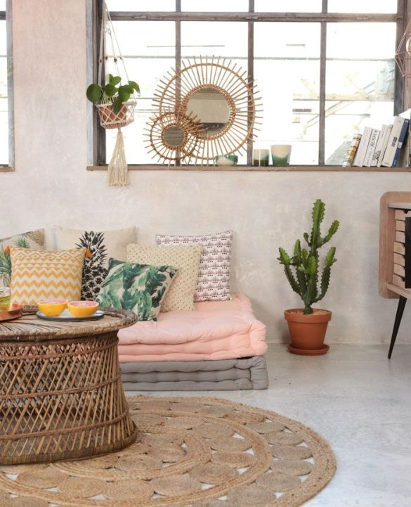 espejos cojines colchonetas mesa centro cactus maceta alfombra circular plantas ventana libros