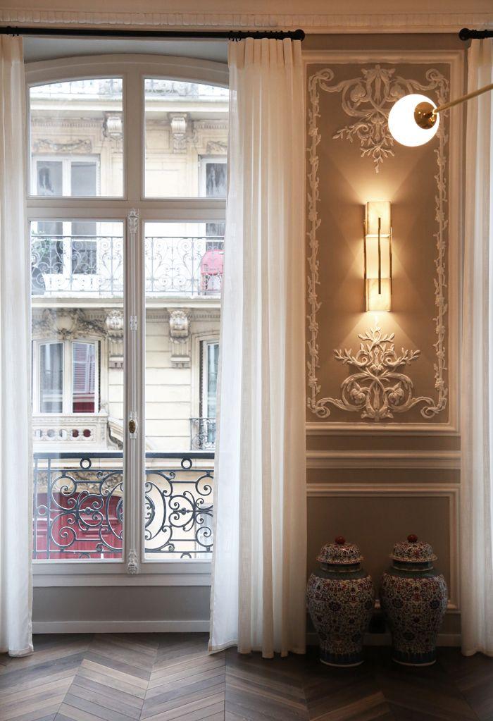 pared molduras ventanales jarrones