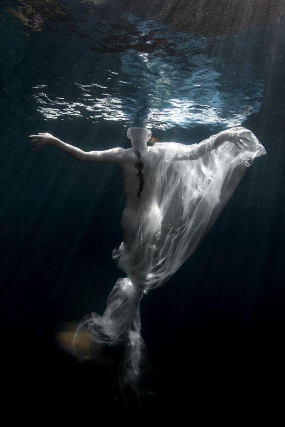 bailarina en piscina foto artistica
