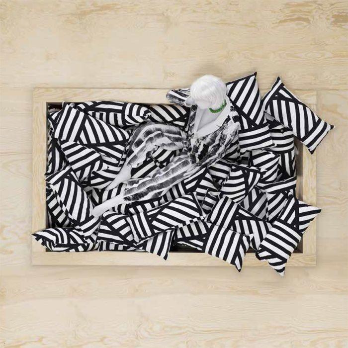 cojin geometrico blanco y negro ikea