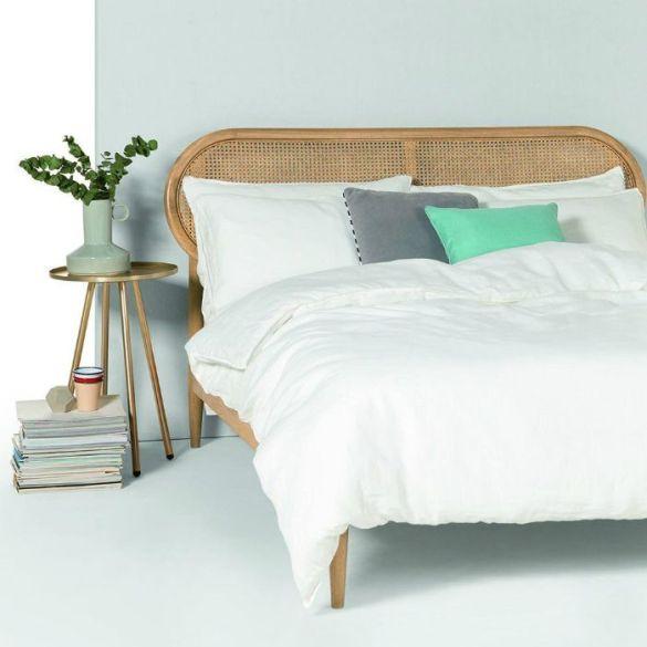 cama blanca con cabecero rejilla