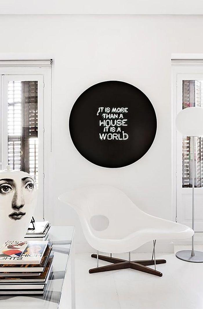 silla diseño blanca con cartel luminoso negro sapey