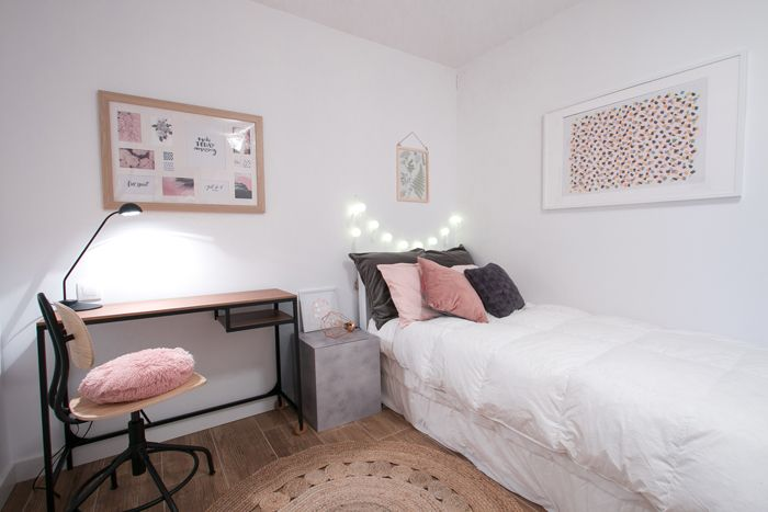 dormitorio con escritorio tonos rosados