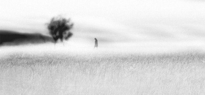 foto blanco y negro persona campo