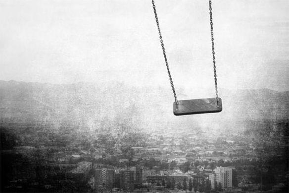 foto blanco y negro columpio ciudad