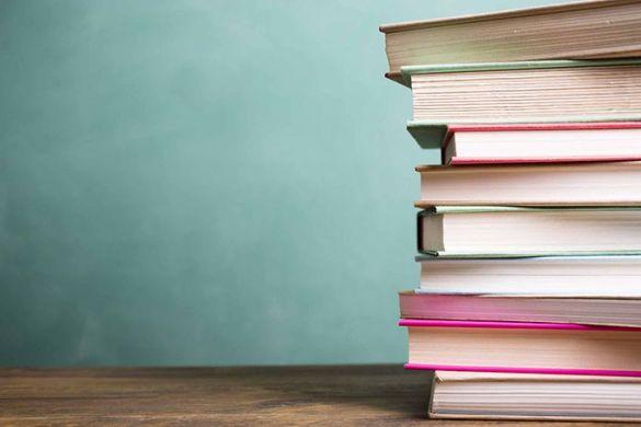libros apilados fondo turquesa