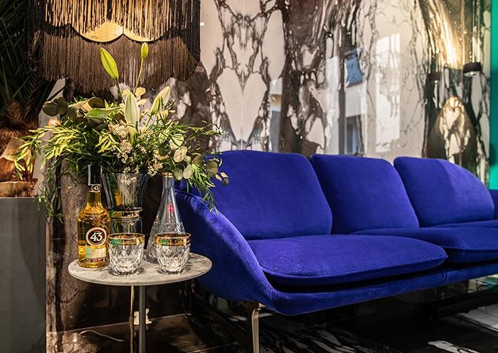 cristaleria sofa azul electrico casa decor 2020