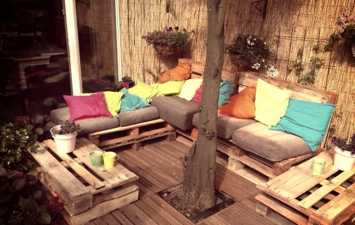 Terraza Chill Out con paredes de paja y plantas