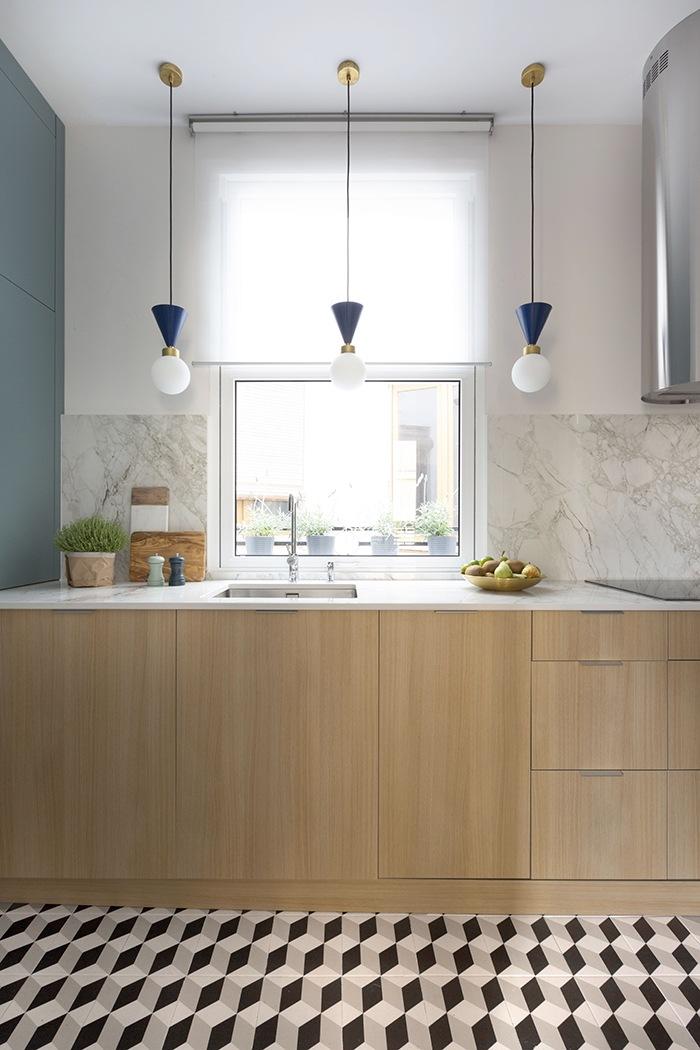 cocina color mader y pared marmol