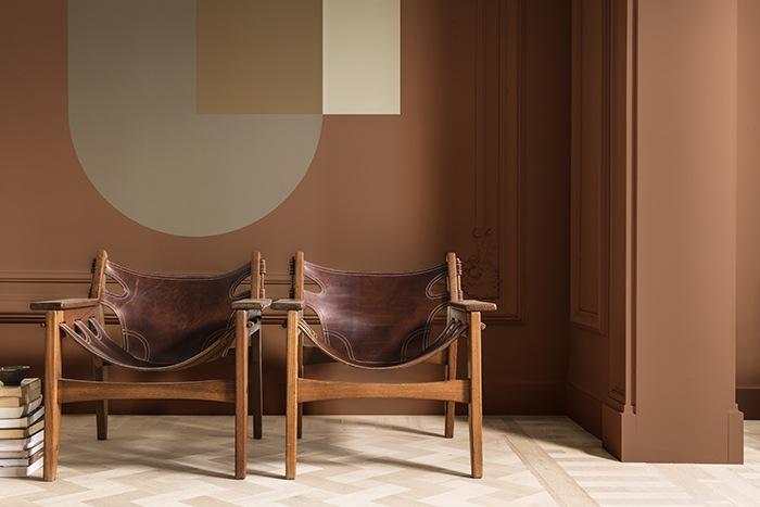 espacio colores terracotas sillas cuero antiguas