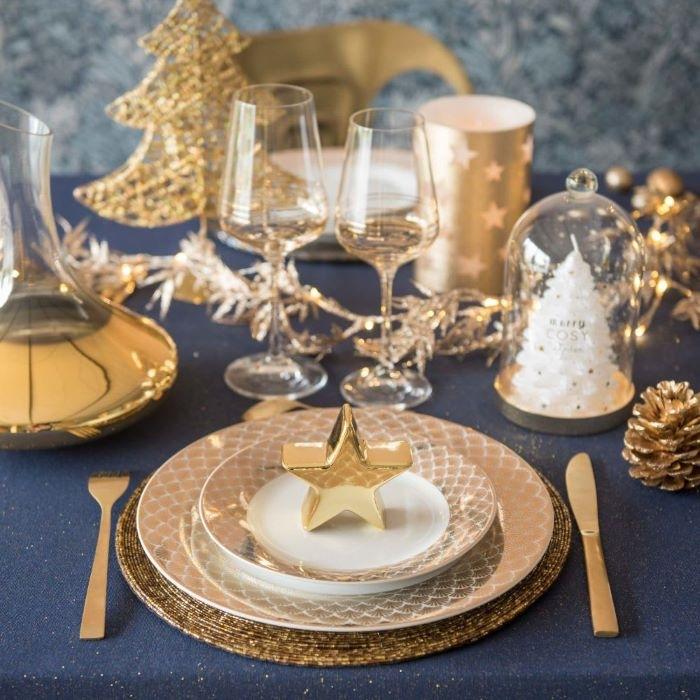 Copas de vino para brindar en la mesa de Navidad