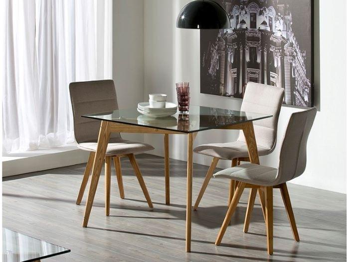 Mesa Dennis en un salón con sus sillas