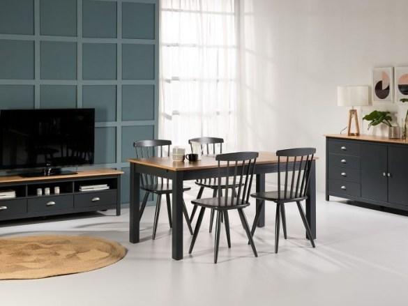 Salon-con-decoración-de-mesa-y-sillas 2021