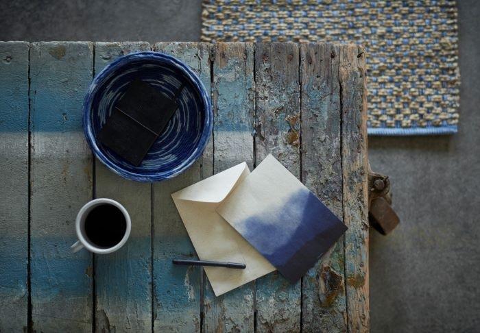 Varios objetos de color azul de la colección FORANDRING de IKEA