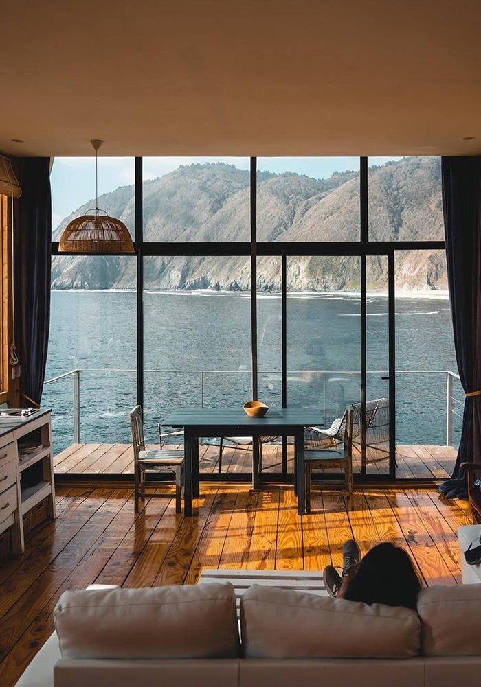 Salón rústico con vistas al mar y a las montañas