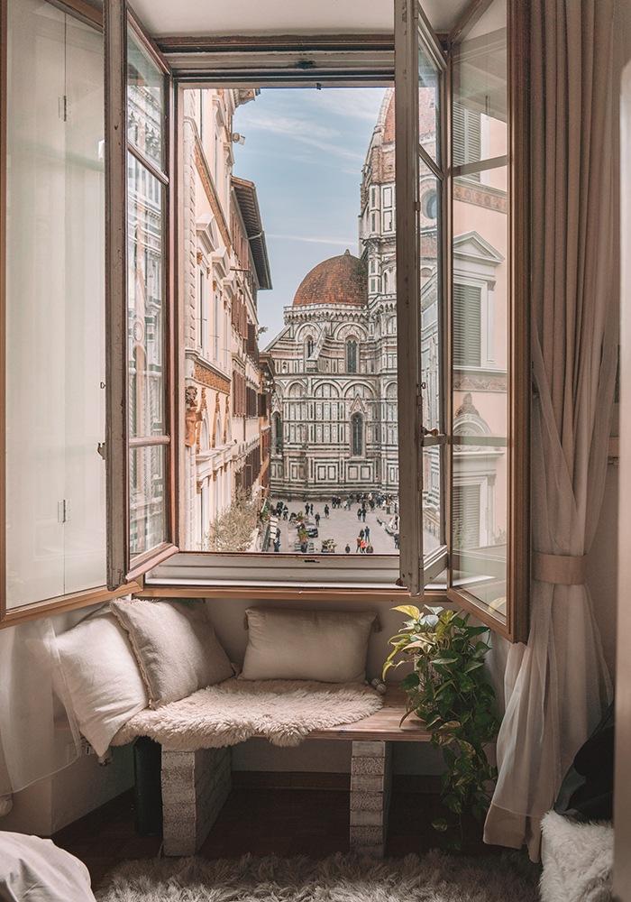 Ventanal en dormitorio con vistas a la Piazza Duomo