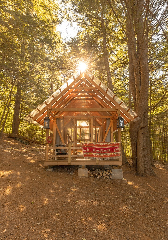 Casa rural pequeña en medio del bosque
