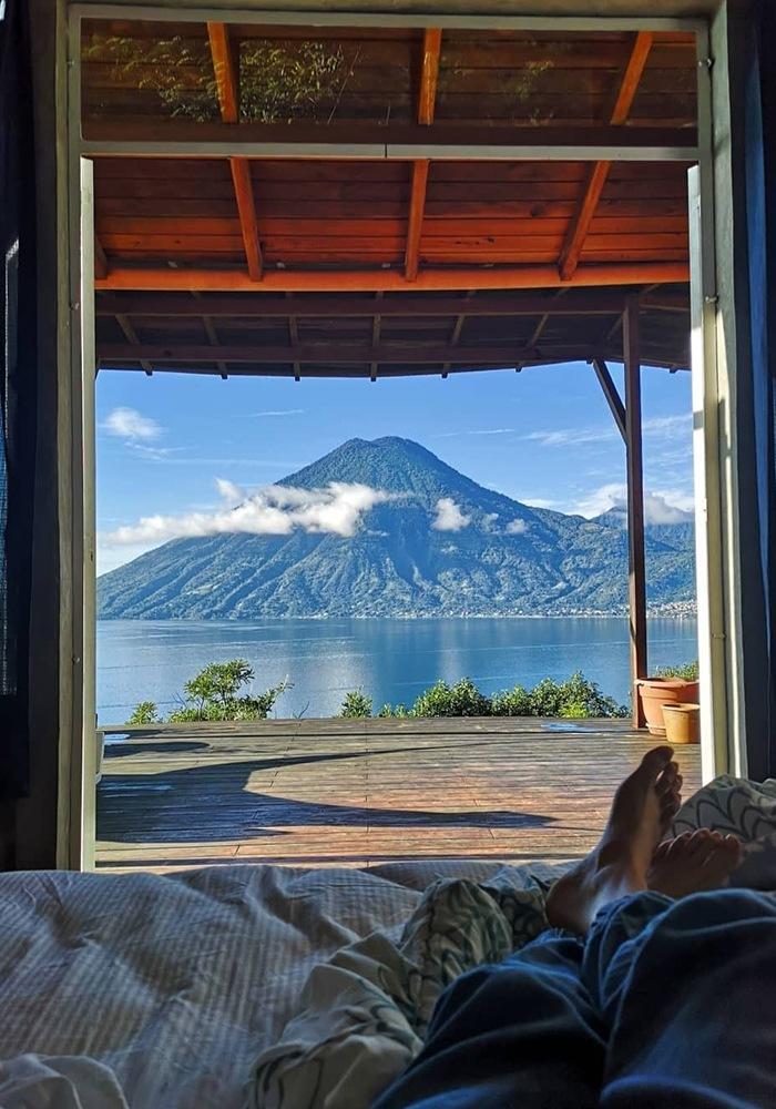 Dormitorio con vistas a la montaña y al mar