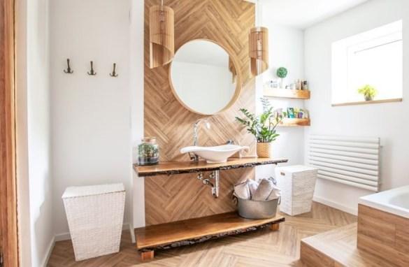 cuarto de baño de diseño ManoMano con mucha luz y paredes de madera