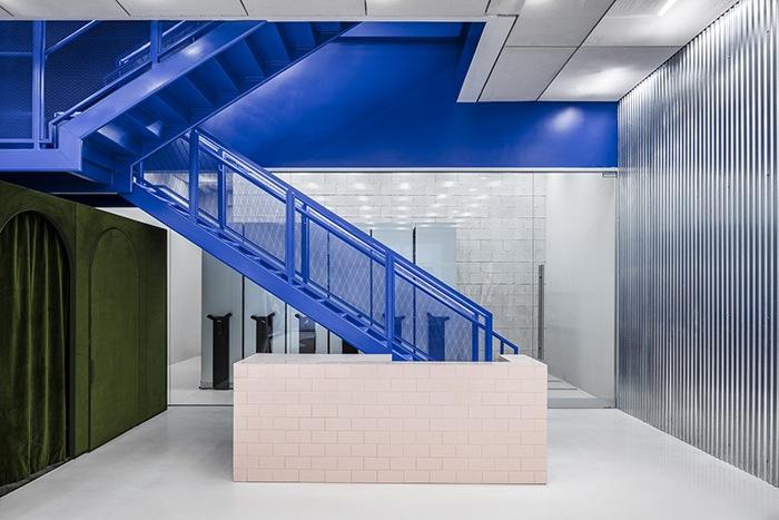 Ganador concurso arquitectónico ArchDaily 2021 escaleras interiores azules