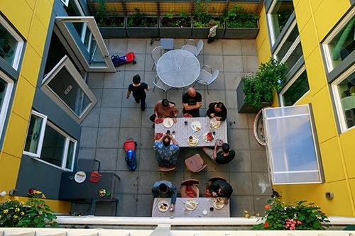 personas en un comedor comunitario al aire libre