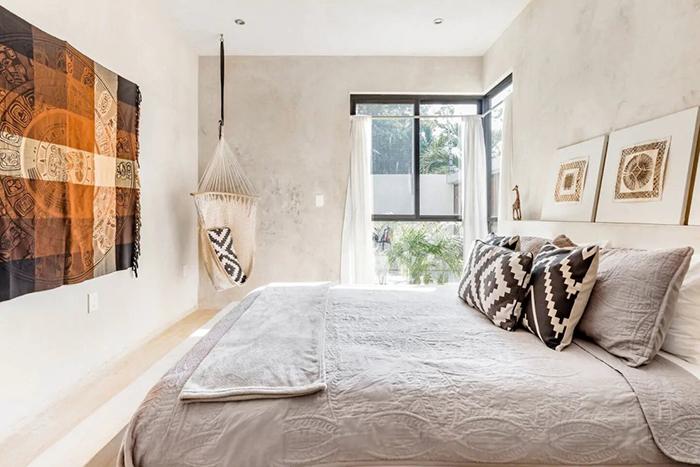 habitación de matrimonio al estilo bohemio moderno en la Villa Privada Tulum, alojamiento de Airbnb en México