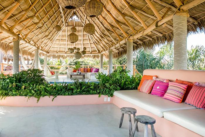 Exterior terraza amplia estilo boho en Casa Dos Chicos Airbnb México