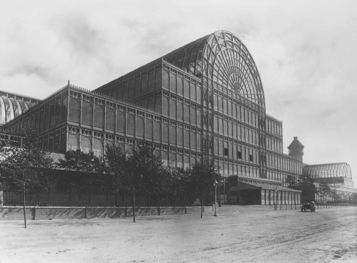 Edificio cristal y acero