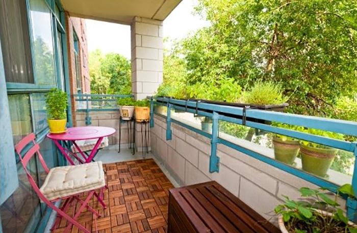balcon tarima y mesas terraza