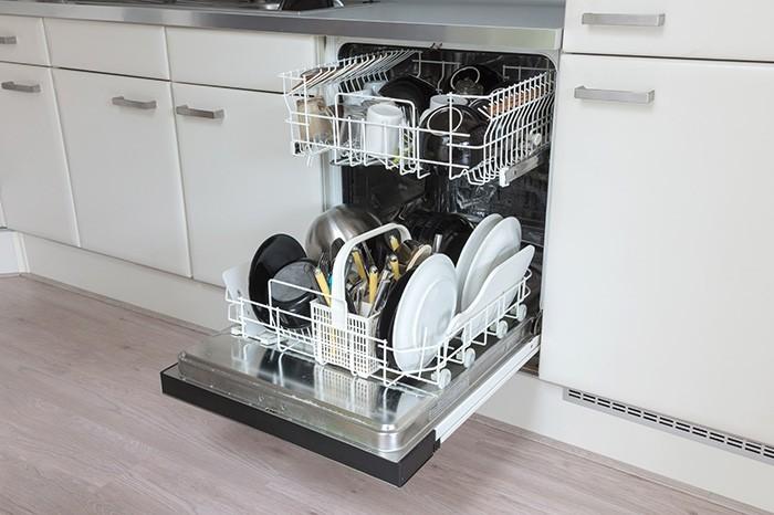 cocina con lavavajillas abierto