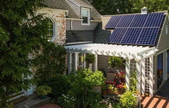 Casa-con-paneles-solares-en-su-tejado