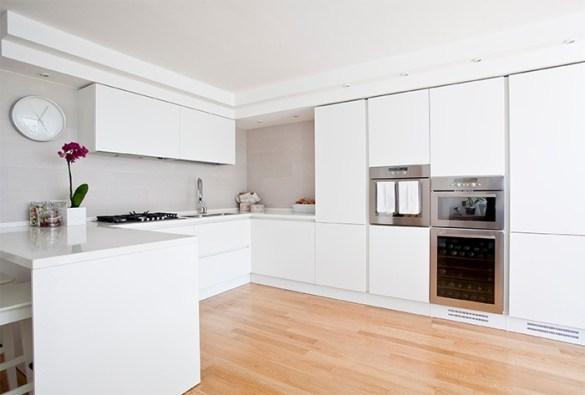 cocina sencilla con muebles blancos