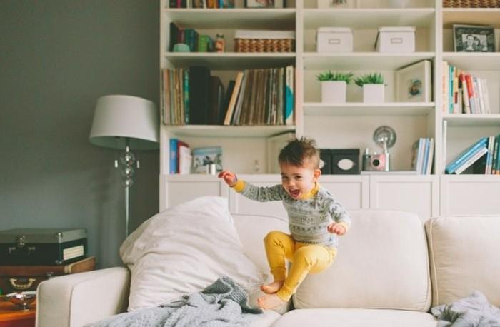 sofa con niño