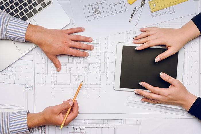 planificando dos personas el diseño de una cocina