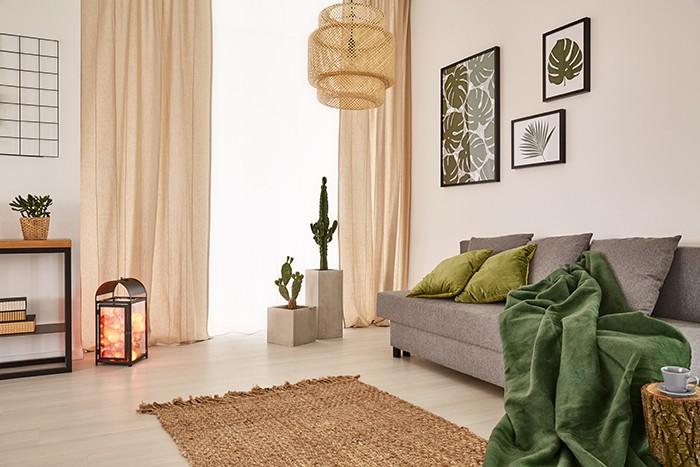 salón con cortinas neutras tono marrón claro