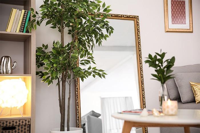 sala de estar con espejo grande
