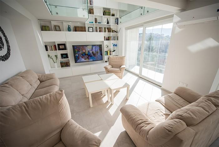salon luminoso con objetos de decoracion en la pared