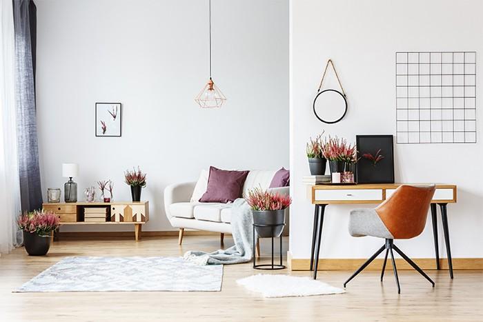 sala de estar luminosa con objetos coloridos