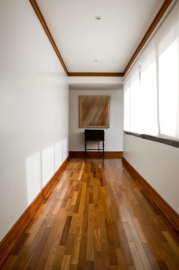pasillo suelo madera brillante