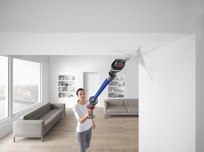 Aspiradora Dyson limpiando los techos del hogar