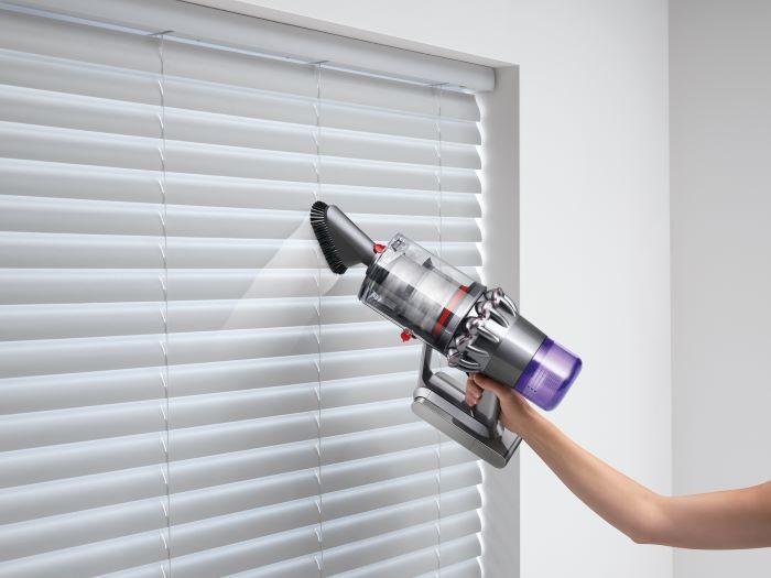 Aspiradora Dyson sin cable limpiando una persiana